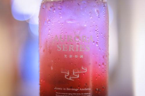 汗をかいている飲み物のボトル