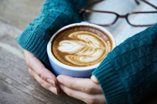 美しい模様のカフェラテ