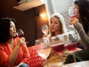 ワインで談笑する女性グループ