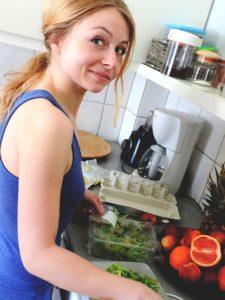 楽しく料理をする女性